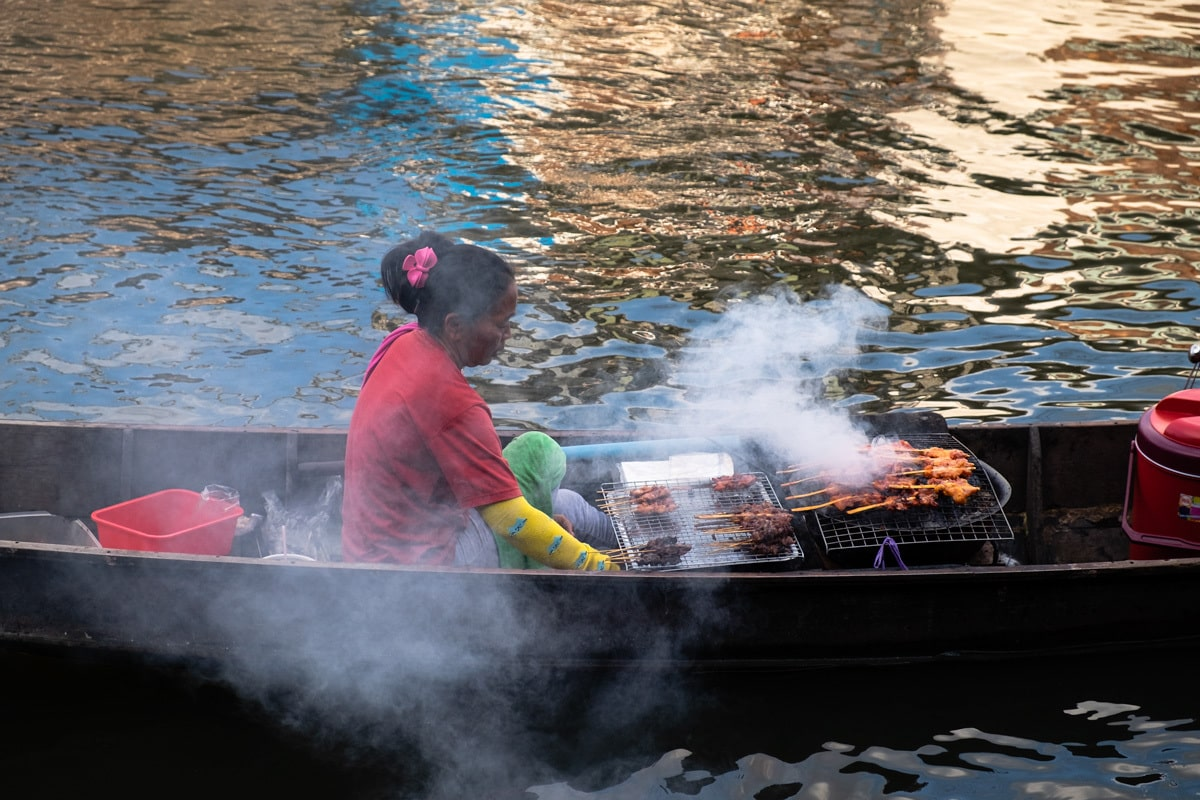 Barbecue chicken seller on a boat on Bang Luang Canal.